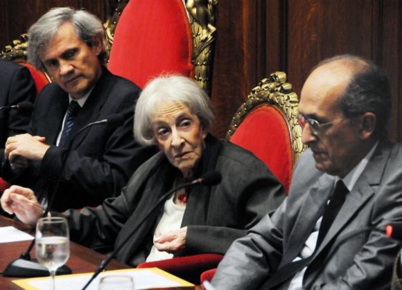Ida Vitale recibe el título de Doctor el Honoris Causa de la Udelar junto al físico Rodolfo Gambini. Foto: archivo El País.