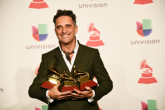 Jorge Drexler posa con sus tres Latin Grammys. Foto: AFP.