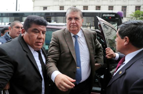 Ante la justicia. Alan García llega, el jueves pasado, a la sede del Ministerio Público, en Lima, para declarar en el caso Odebrecht. Foto: Efe.