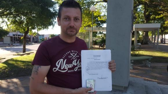 Representante evangélico con la denuncia. Foto: Daniel Rojas