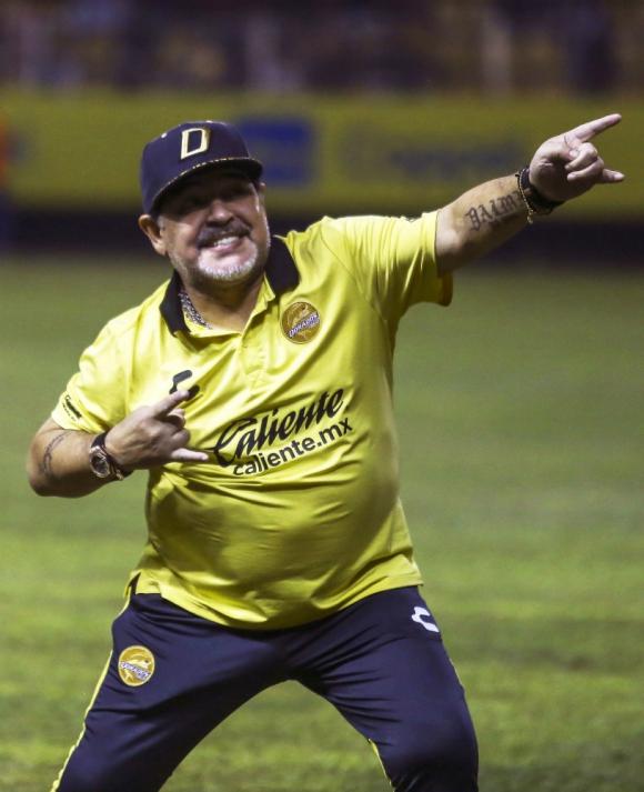 Diego Maradona celebra la victoria de Dorados de Sinaloa sobre Bravos de Ciudad Juárez. Foto: AFP.