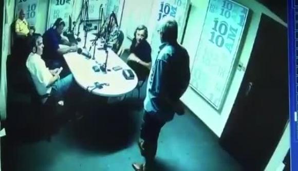 Gustavo Torena irrumpe en los estudios de la radio 10 10 AM