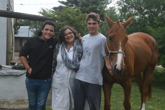 Ana Larrañaga junto al hermano y primo del participante de La Voz. Junto a ellos, Ramón, el caballo de Braulio. Foto: Francisco Flores