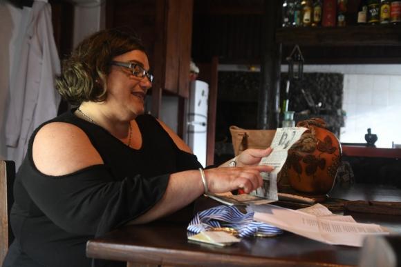 Ana Larrañaga, la madre de Braulio revisando la caja de recuerdos con recortes sobre su hijo. Foto: Francisco Flores