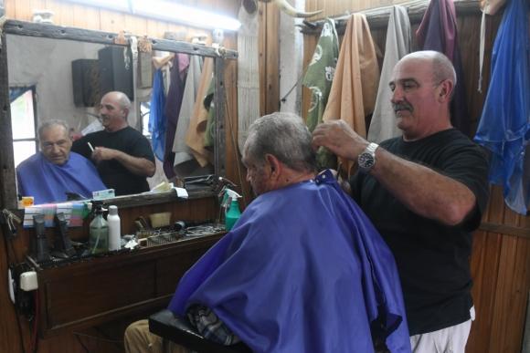 Victor, el padre de Braulio atendiendo a un cliente de toda la vida. Foto: Francisco Flores