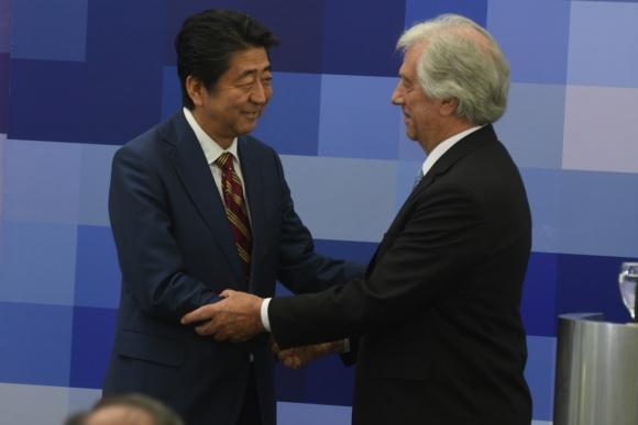 Un saludo fraterno entre Vázquez y Abe durante el encuentro. Foto: F. Flores
