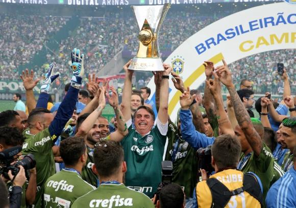 Bolsonaro el domingo junto a los jugadores del Palmeiras, campeones en Brasil. Foto: Reuters