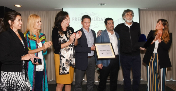 Audap. La directiva le entregó el premio a Invernizzi en reconocimiento a su labor en publicidad.