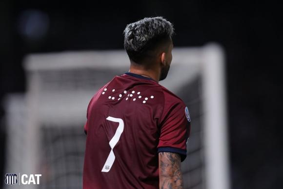 Talleres. Los nombres de los jugadores escritos en Braille. Foto: Prensa Talleres.