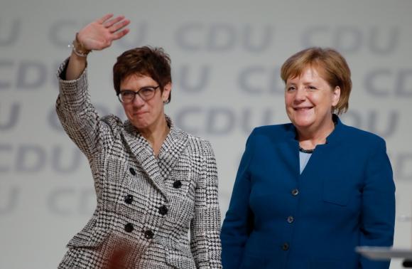 Angela Merkel y Annegret Kramp-Karrenbauer. Foto: AFP