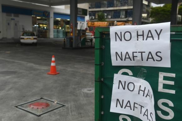 Nada de nada.  Estos carteles se vieron en las estaciones de la zona metropolitana, muchas de las cuales ni siquiera abrieron. Foto: Francisco Flores.