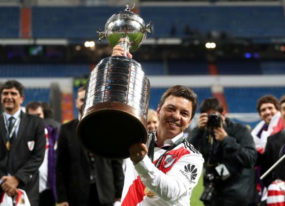 Marcelo Gallardo con la Copa Libertadores de América que River Plate obtuvo en Madrid. Foto: AFP.