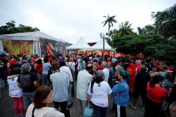 Fotos De Navidad En Brasil.Navidad Con Lula Militantes Celebraron En Puerta De La