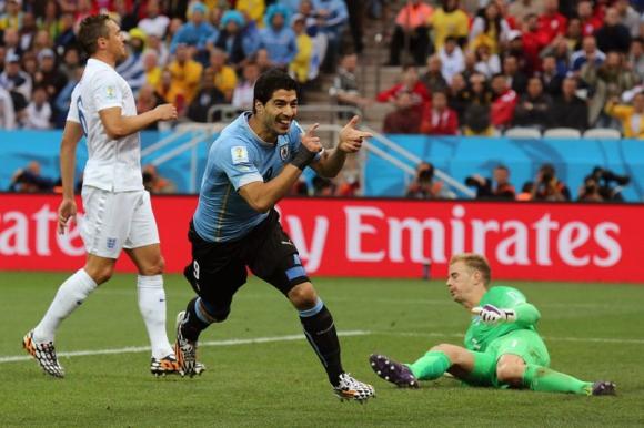 Luis Suárez festeja uno de los goles que le anotó a Inglaterra en Brasil 2014. Foto: EFE