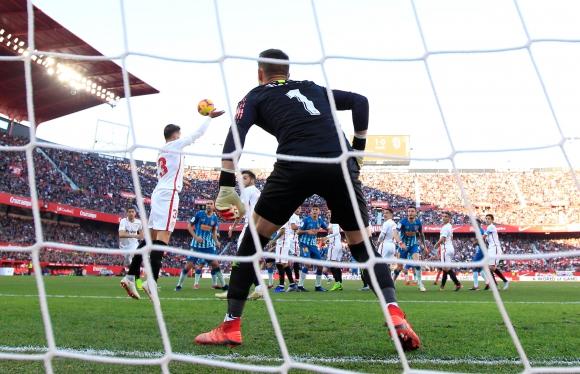 Sevilla y Atlético de Madrid por la Liga de España. Foto: AFP.