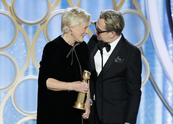 Glenn Close recibe su premio de manos de Gary Oldman. Foto: Reuters