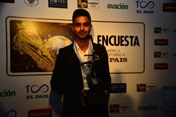Gonzalo Martínez con el premio a mejor jugador de América