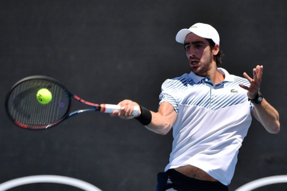 Pablo Cuevas pega ante Lajovic en el Abierto de Australia. Foto: AFP