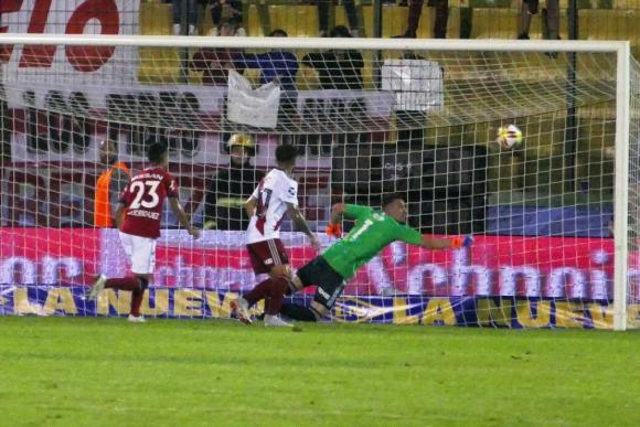 Santiago Rodríguez remató y Armani le negó el gol. Estaban 0-0. Foto: Ricardo Figueredo