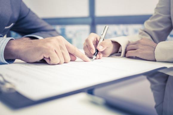 Cláusulas. Al negociar la compraventa de acciones, muchas empresas incluyen puntos contractuales para resguardar su negocio ante la salida de un socio.