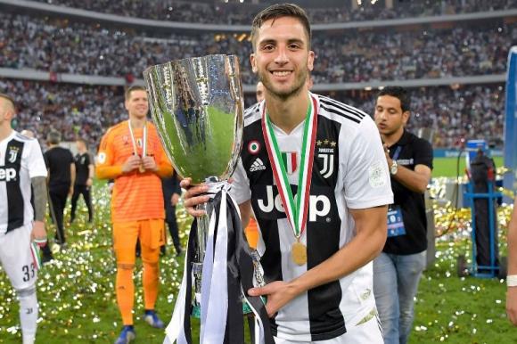 Rodrigo Bentancur con el trofeo de la Supercopa de Italia obtenido ante Milan.