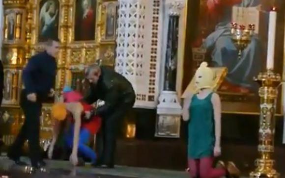 Las Pussy Riot protestando en la Catedral de Cristo Salvador de Moscú