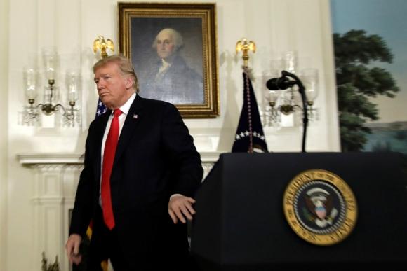 Donald Trump se retira después de exponer el plan. Foto: Reuters