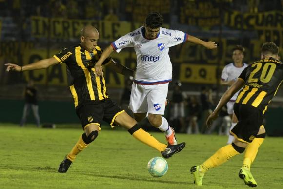 Guzmán Pereira y Gonzalo Castro en el clásico Peñarol vs. Nacional