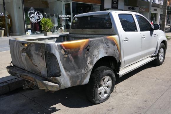 Así quedó la camioneta que estaba estacionada. Foto: Ricardo Figueredo
