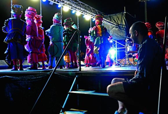 El tablado representa una manera única de acercarse al espíritu del carnaval.