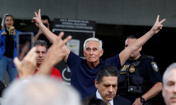 El asesor político de Trump al salir ayer de la corte luego de pagar una fianza de US$ 250.000. Foto: Reuters