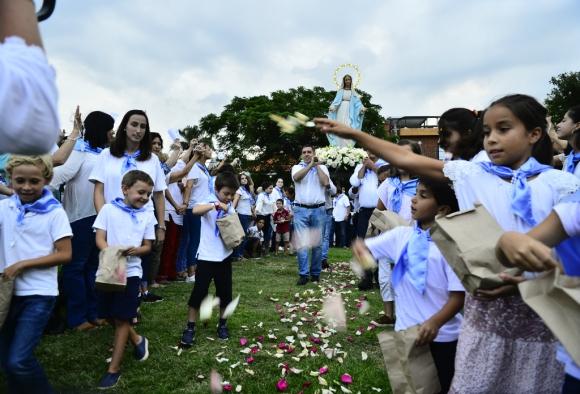 Más de 15.000 personas escucharon la palabra del cardenal Sturla y rezaron frente a la Virgen y la imagen de Jesús. Foto: Gerardo Pérez