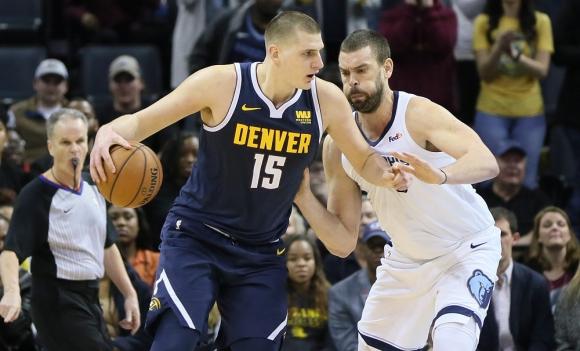 Nikola Jokic y Marc Gasol en el Denver Nuggets vs. Memphis Grizzlies de la NBA