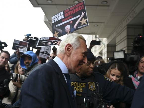 El asesor político de Trump entrando ayer en una corte federal. Foto: AFP