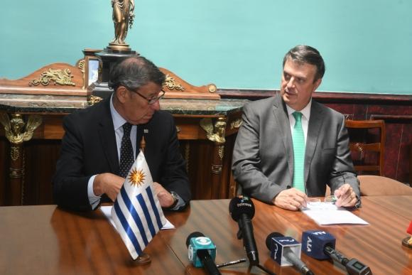 El canciller uruguayo, Rodolfo Nin Novoa, junto con su par mexicano Marcelo Ebrard. Foto: Francisco Flores