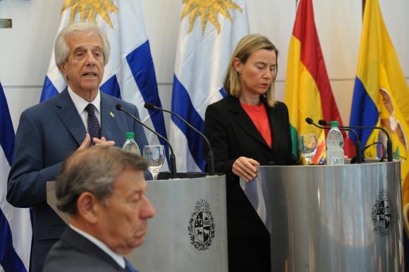 Tabaré Vázquez y Federica Mogherini en conferencia, Nin Novoa al frente. Foto: Presidencia