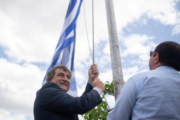 Botana izando la nueva bandera de Cerro Largo. Foto: Intendencia de Cerro Largo