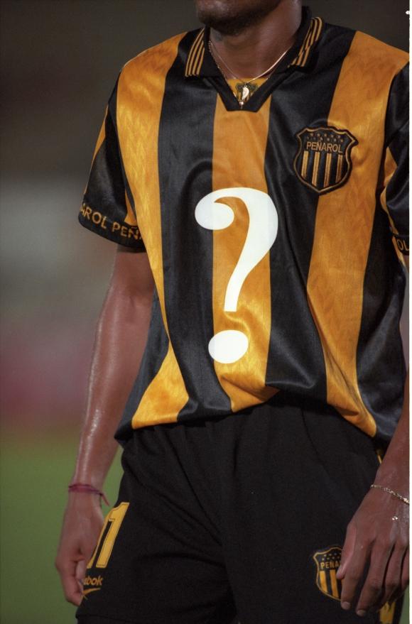 """Peñarol. Hoy, la del signo de pregunta es considerada una """"camiseta de culto"""" para los coleccionistas, y vale tanto, o más, que uno de los históricos modelos que salieron campeones."""