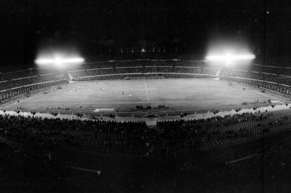 c4f668457 Una antigua iluminación del Estadio Centenario. Foto: Archivo El País.