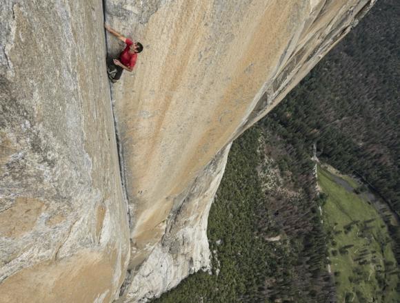 Alex Honnold escalando en solo integral El Capitan. Foto: Difusión