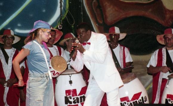 """Hugo """"Cheché"""" Santos cantando junto a Kanela y su Barakutanga. Foto: Archivo El País."""