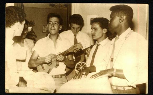 """Hugo """"Cheché"""" Santos junto a Bando Do Orfeo, el grupo donde también tocaba Eduardo Mateo. Foto: Archivo El País."""