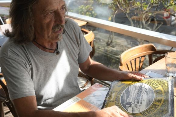 """Raúl Castro con una copia de """"Santa María de Iquique"""". Foto: Leonardo Mainé."""