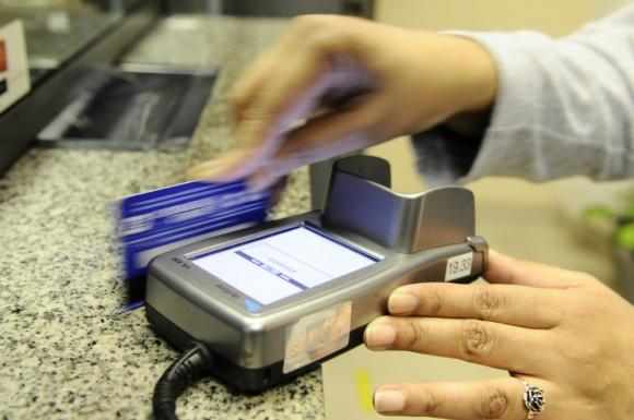 Los aparatos que permiten pagar con tarjeta no están presentes en muchas oficinas públicas. Foto: Darwin Borrelli