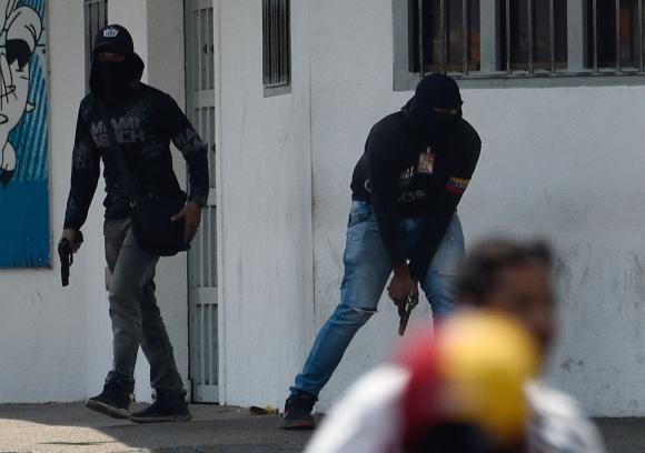 Miembros armados de una milicia pro Maduro intentó interrumpir una manifestación contra el chavismo. Foto: AFP