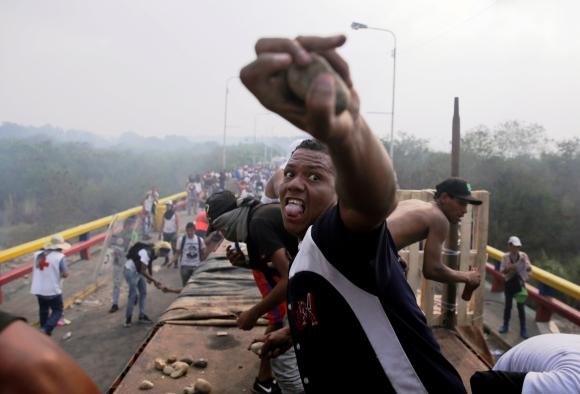 Durante toda la jornada del sábado se registraron violentos incidentes en pasos fronterizos. Foto: Reuters