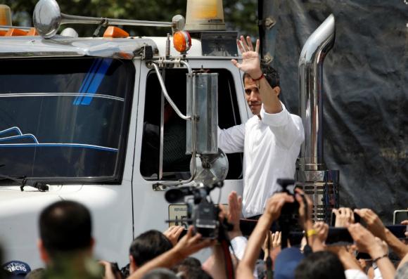 El líder opositor acompañó la salida de la ayuda. Foto: Reuters