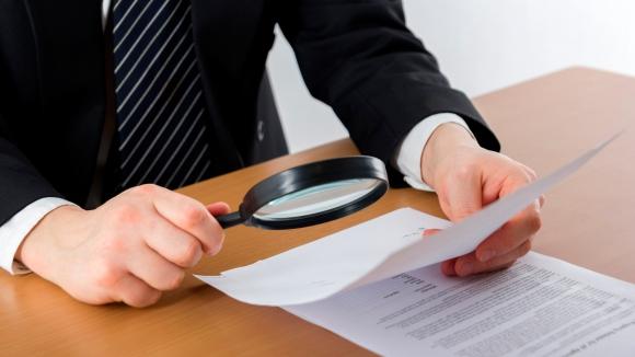 Las relaciones entre el consumidor y el proveedor de servicios pueden ser un tanto conflictivas cuando falta transparencia en los contratos de adhesión. Foto: El País