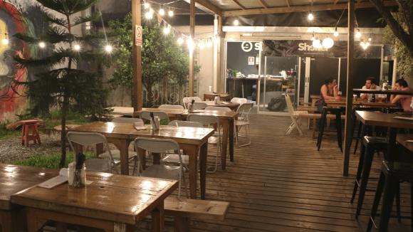 Ambiente. La calidez del lugar complementa la calidad de la propuesta. (Foto: Gentileza Shelter Patio Cervecero)