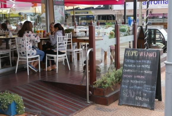 La imagen es de Punta del Este, pero hay promociones gastronómicas y paquetes de alojamiento vigentes en todo el país. Foto: Ricardo Figueredo